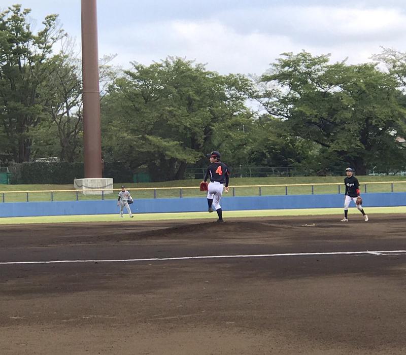 カットボールを投げる選手