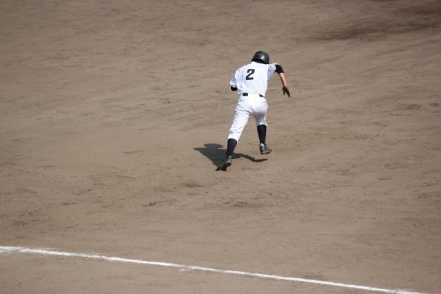 走塁を始める選手