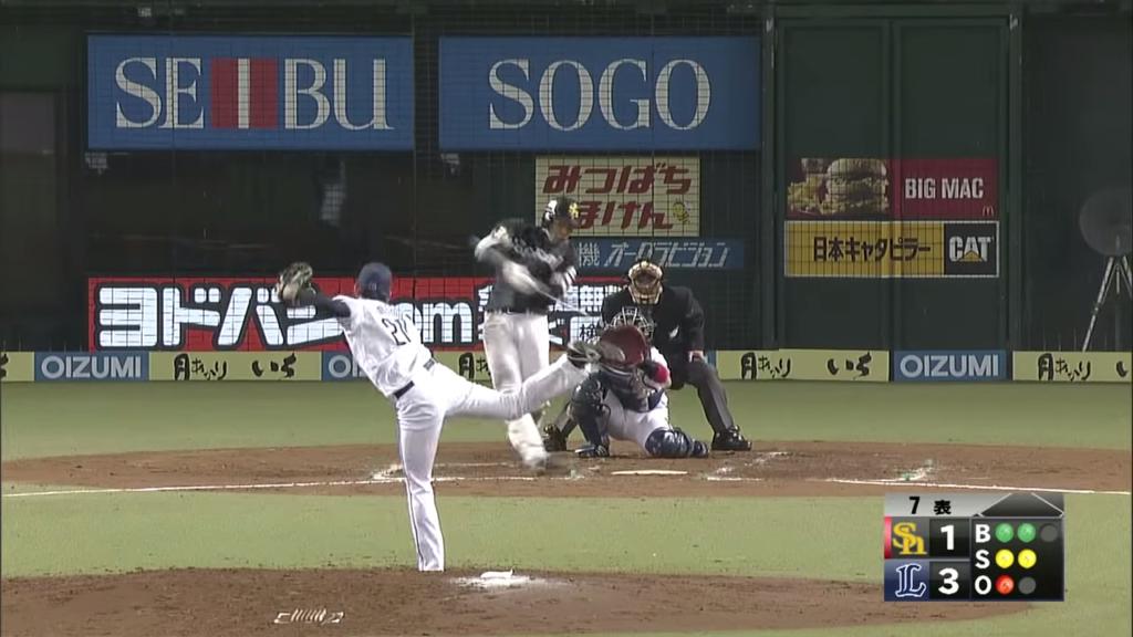 インコースのボールをフルスイングする柳田選手