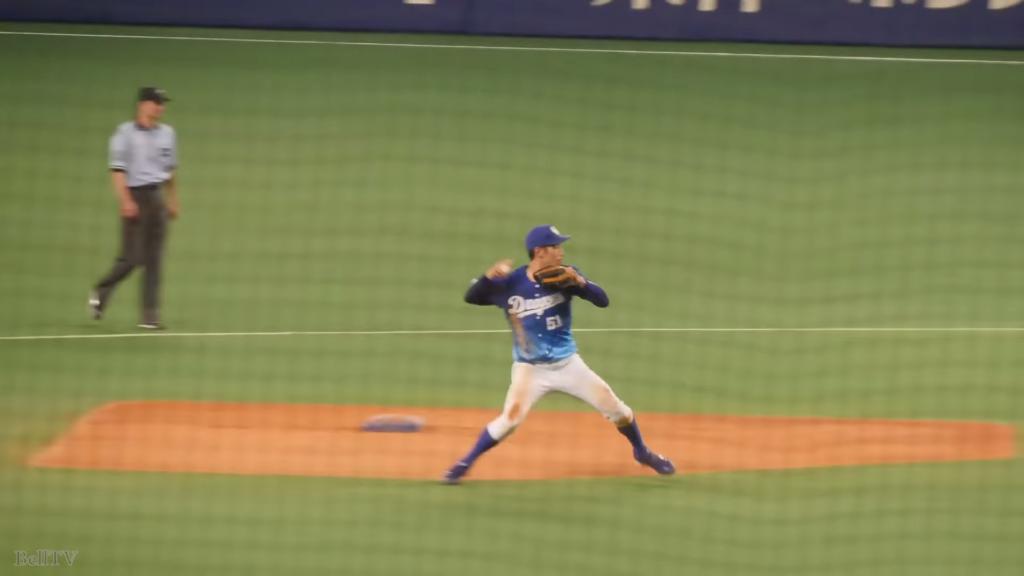 ランニングスローをする野球選手