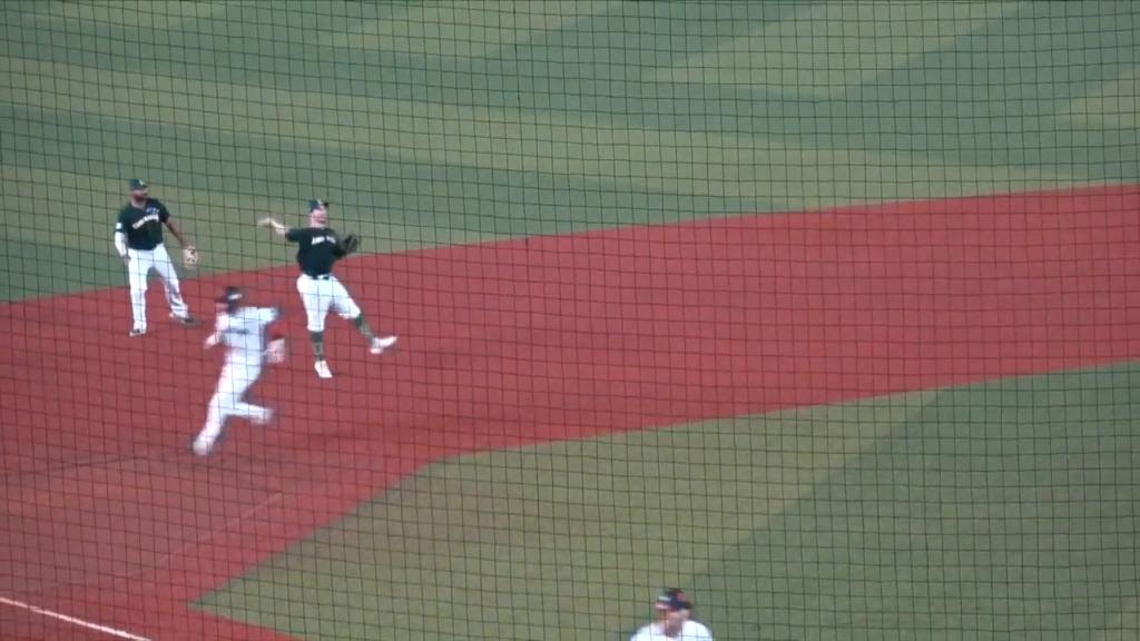 ジャンピングスローをする野球選手