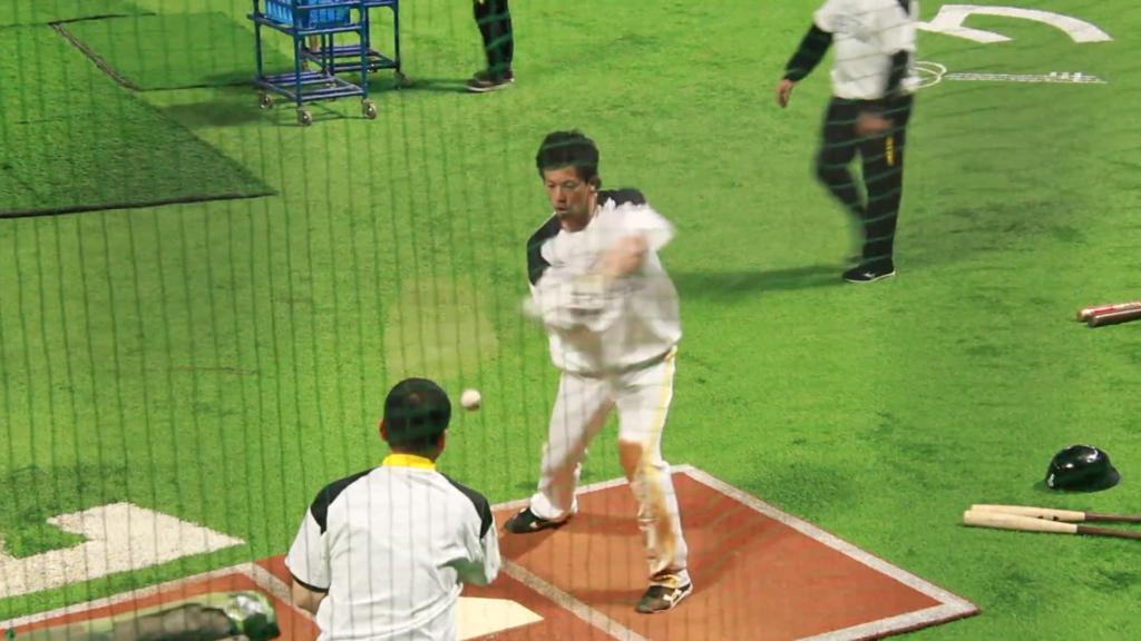 ティーバッティングをする松田選手