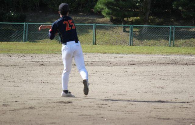 フライを捕り返球する内野手