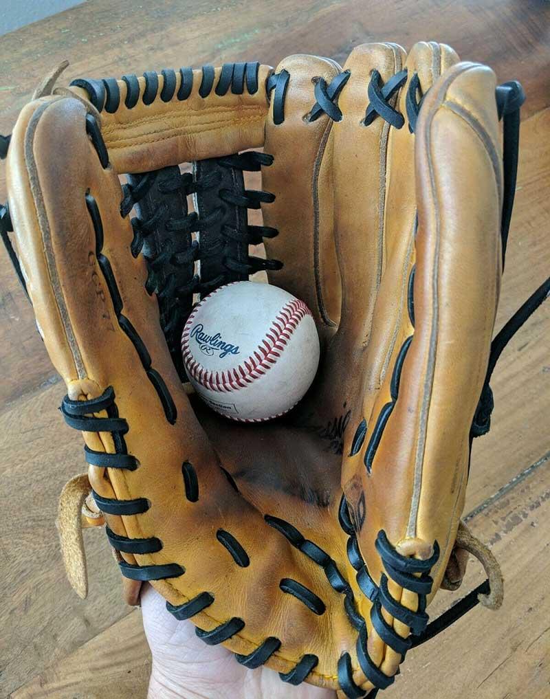 外野手のグローブと硬式球