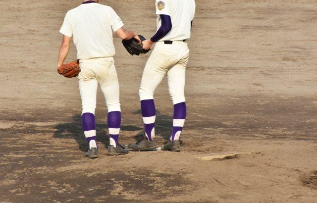 投手交代を告げられるピッチャー
