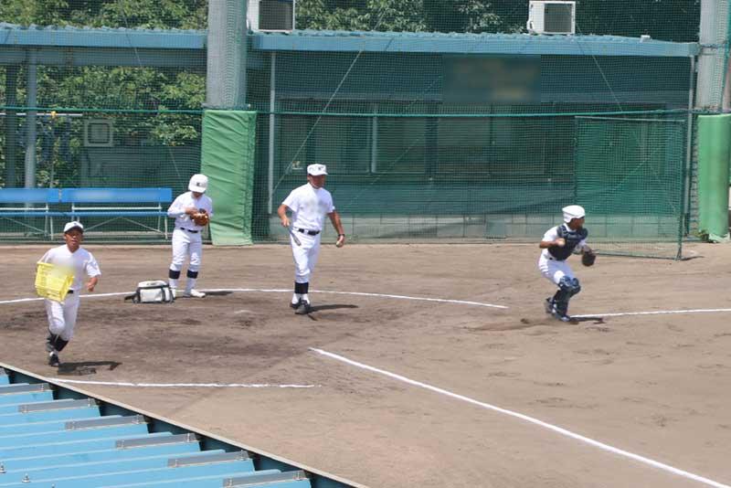 守備の基本を学ぶ球児