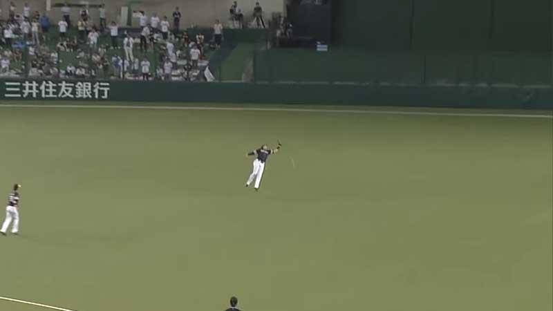 フライをバンザイする柳田選手