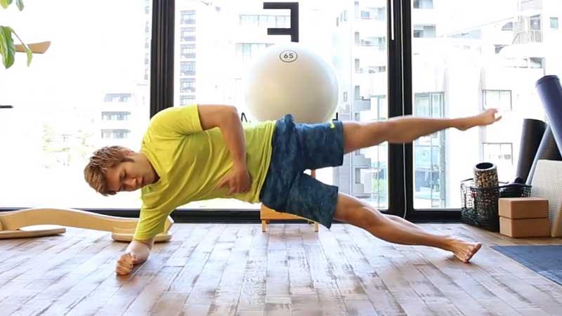 ワンレッグ・サイドピラー・ ヒップリフト・エルボースタンス|で腹筋を鍛える男性