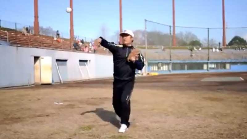 歩きながらキャッチボールをする選手