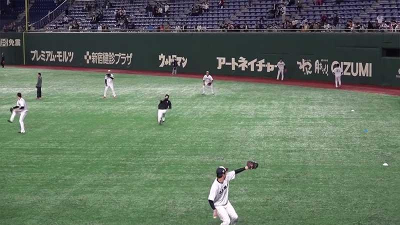 外野へ遠投する選手