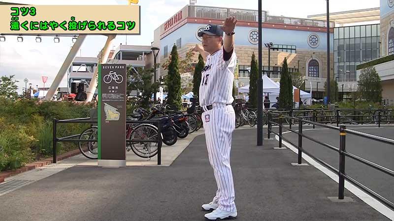 両肘を上げキャッチボールをする川崎選手