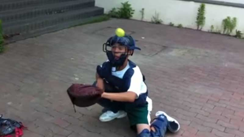 マスクに向かってボールを投げられるキャッチャー