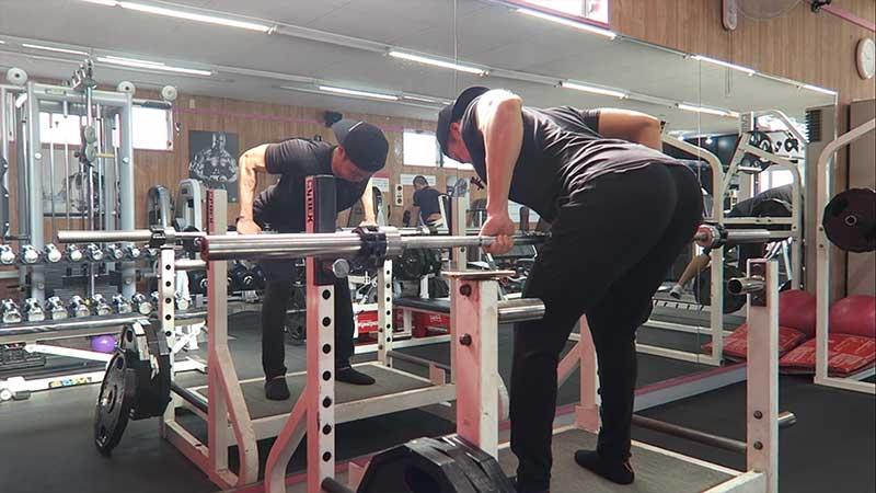 ベントオーバー・ローイングでトレーニングを行う男性