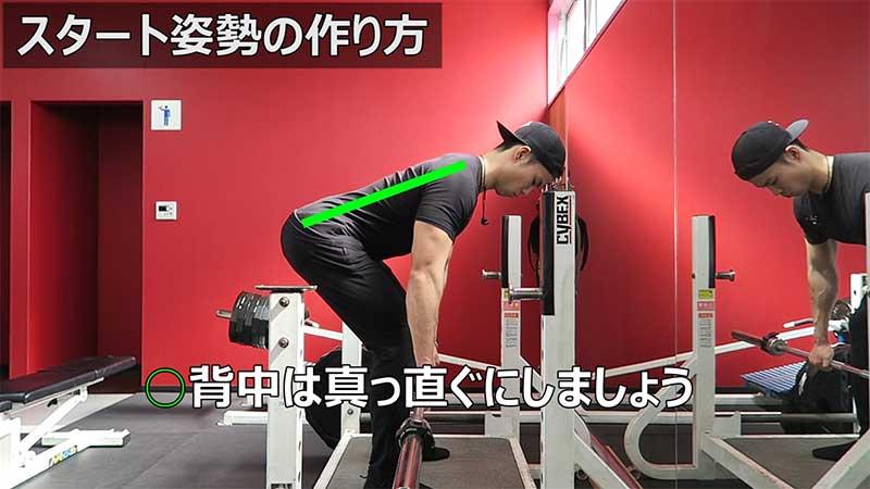 バーベルトレーニングを行う男性