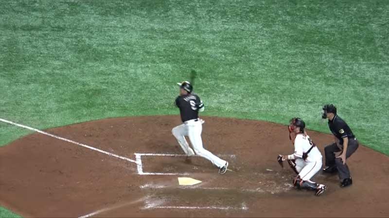 打った後一塁へ走塁を始める柳田選手