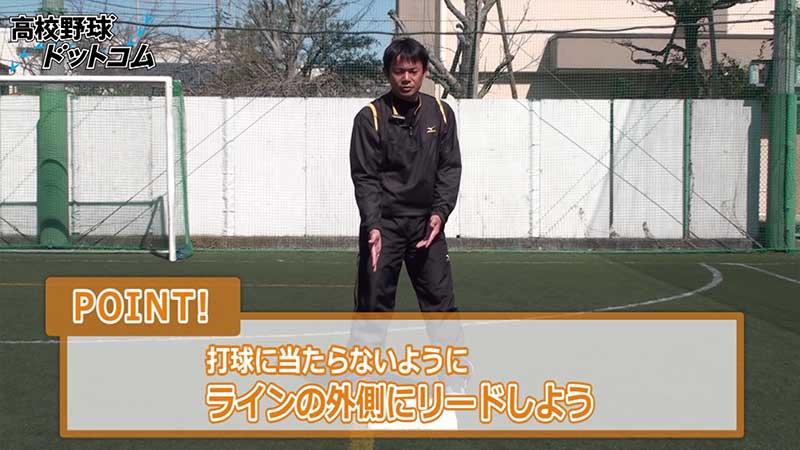三塁ベースでのリードのコツを話す仁志選手