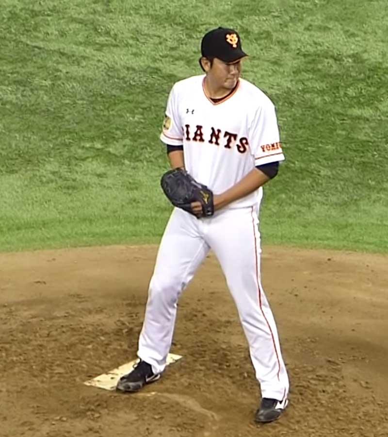 セットポジションを完成させる菅野投手