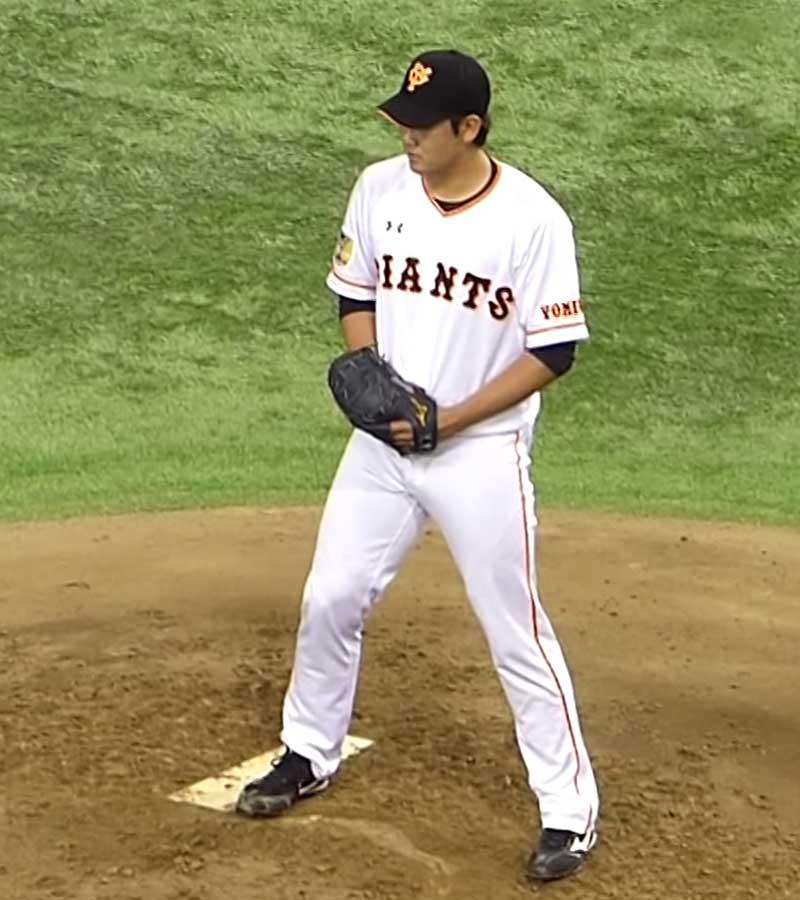 3塁側を見る菅野投手