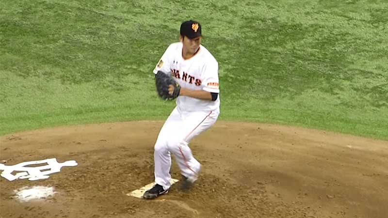 セットポジションで投げる菅野投手