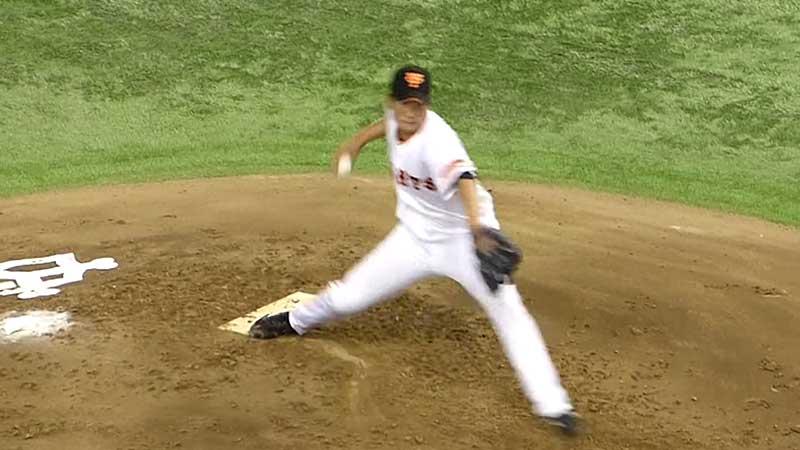 体重移動をする巨人の菅野投手