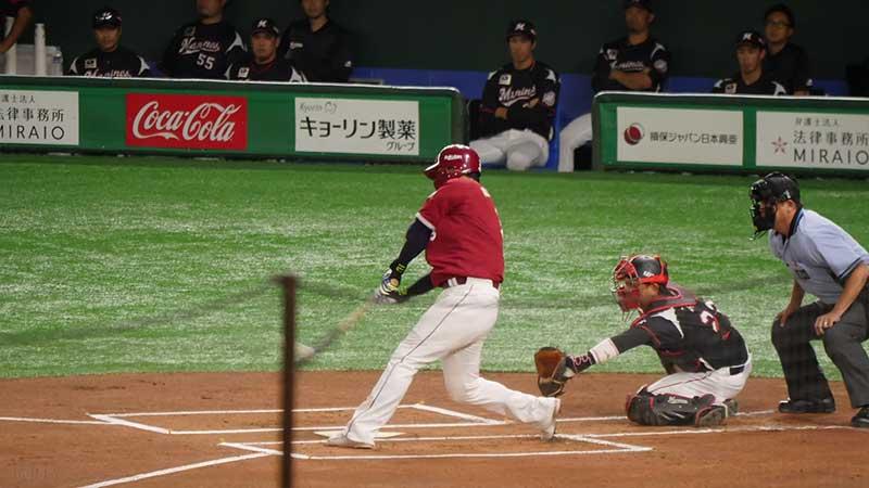 バットを振り抜く浅村栄斗選手