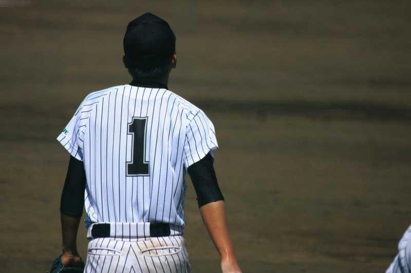 背番号1を付ける選手の後ろ姿