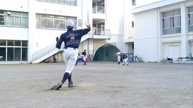 肘から先に出る牽制球で一塁へ投げるピッチャー
