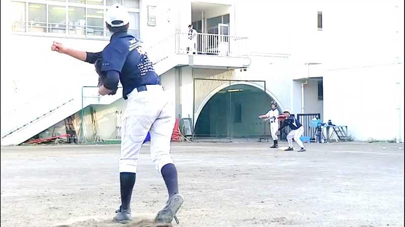牽制球を投げた後のピッチャー