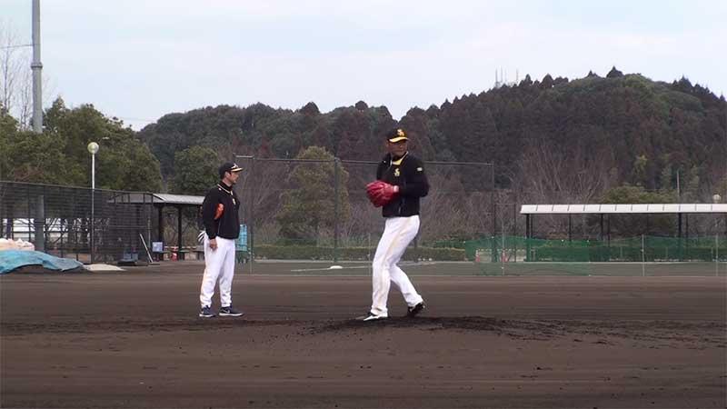 二塁へ牽制を始めるホークスのピッチャー