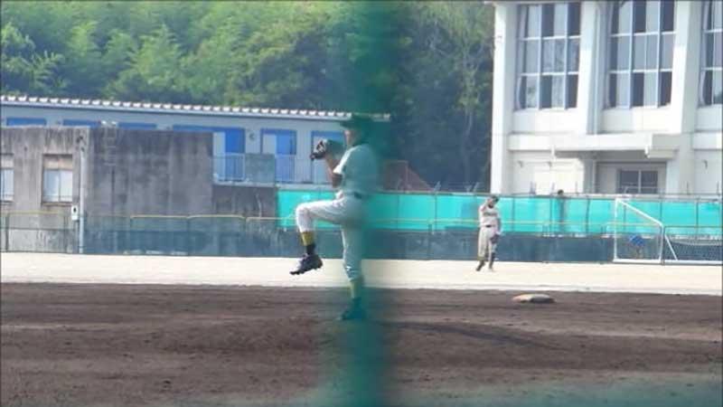 三塁への牽制球をするピッチャー