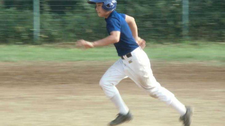 走塁で走る野球選手