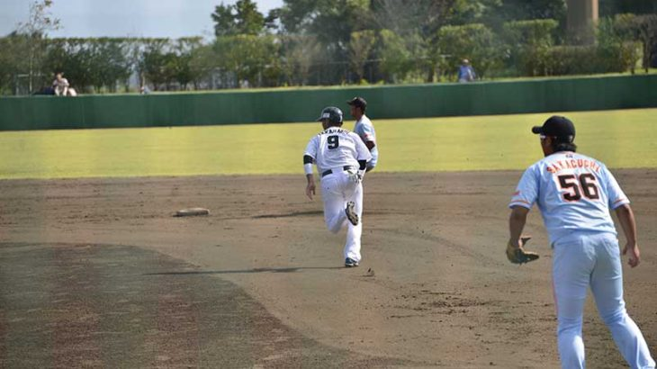 タッチアップをする野球選手