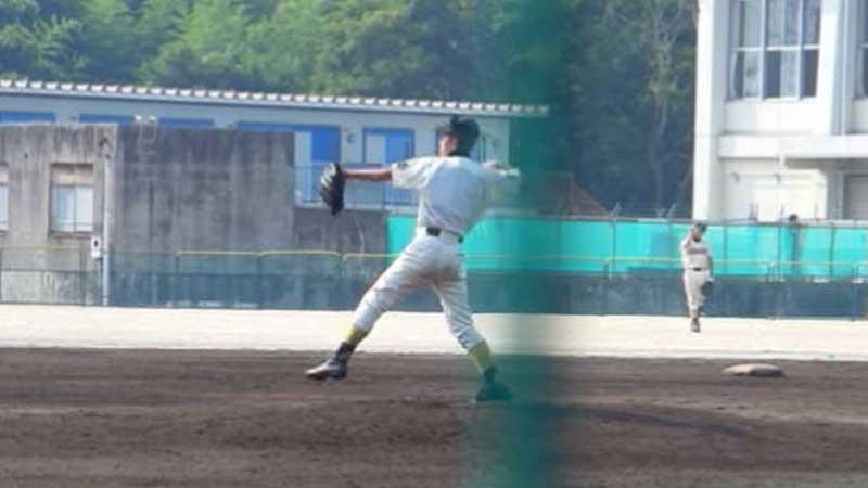 三塁へ牽制球を投げるピッチャー