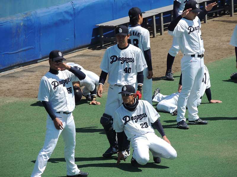 ストレッチを行う野球選手