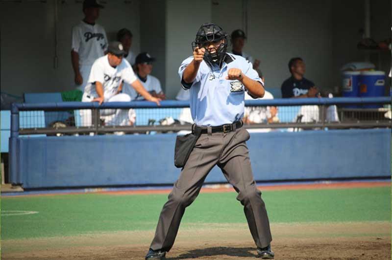 進塁を宣告する野球の審判