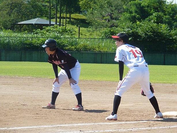 離塁する草野球選手