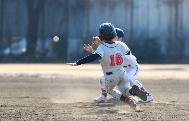 盗塁を試みる選手