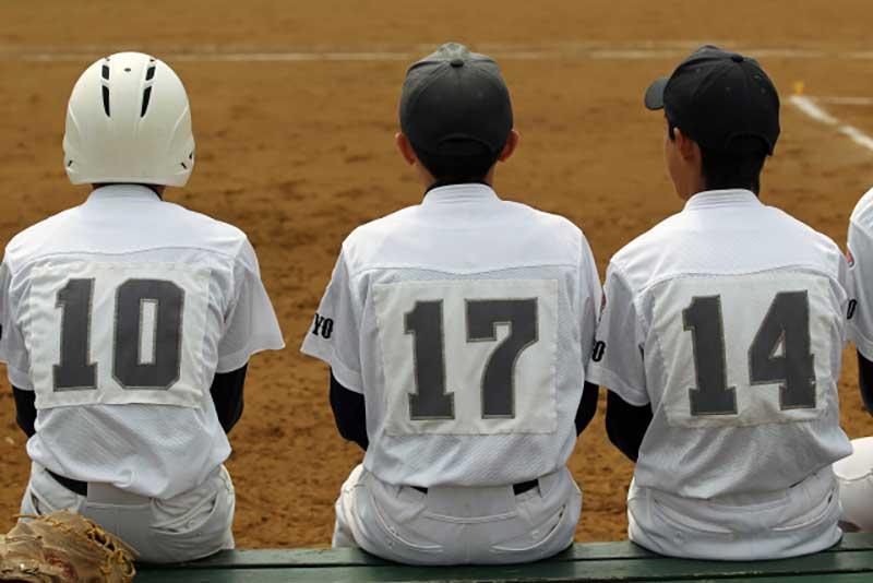 背番号10・17・14を付けた野球選手の後ろ姿