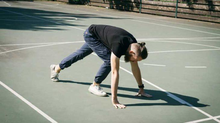 体幹トレーニングをする男性