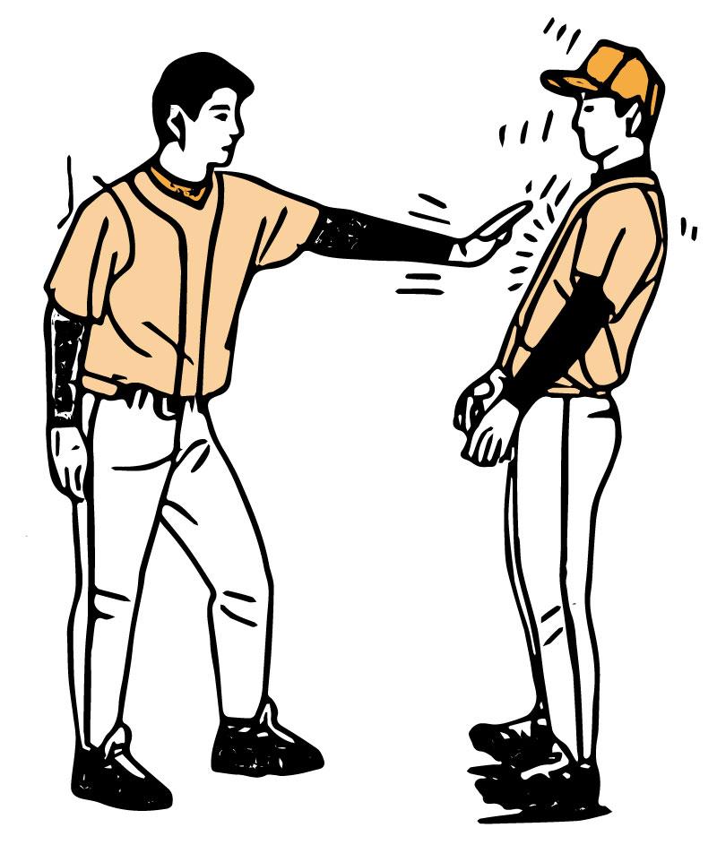 重心の位置を知る為に胸を押す野球選手達