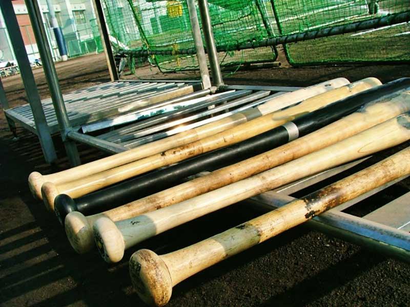 金属バットと木製バットの並び