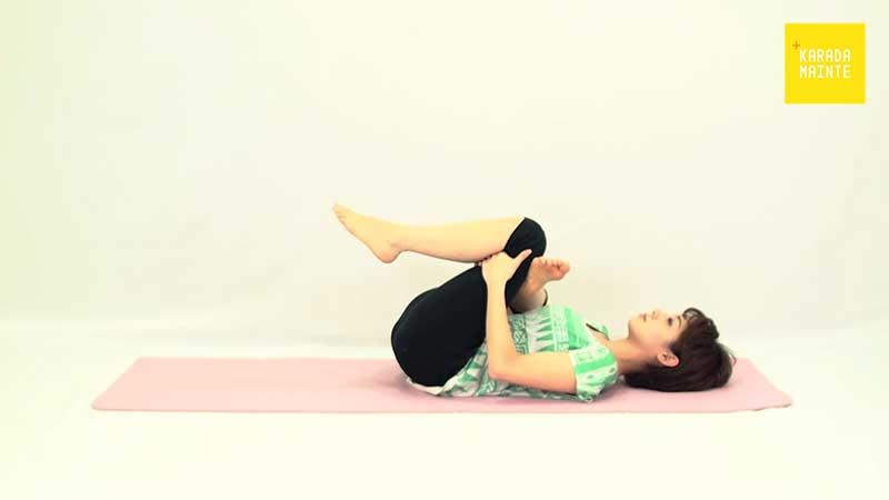 大臀筋のストレッチを行う女性