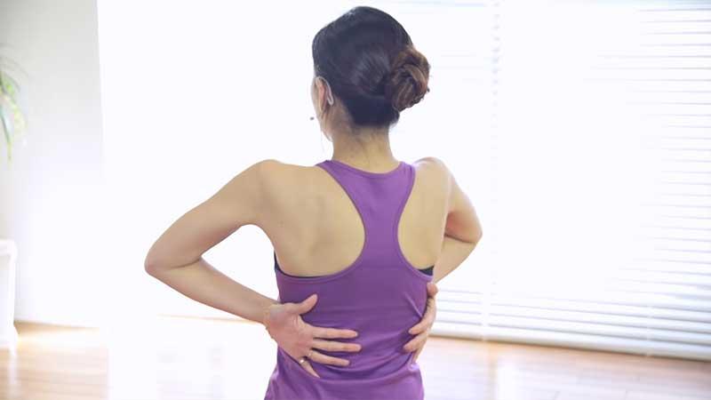 肩の外旋ストレッチを行う女性