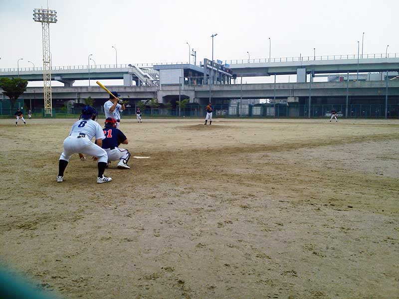 草野球の試合中のピッチャー