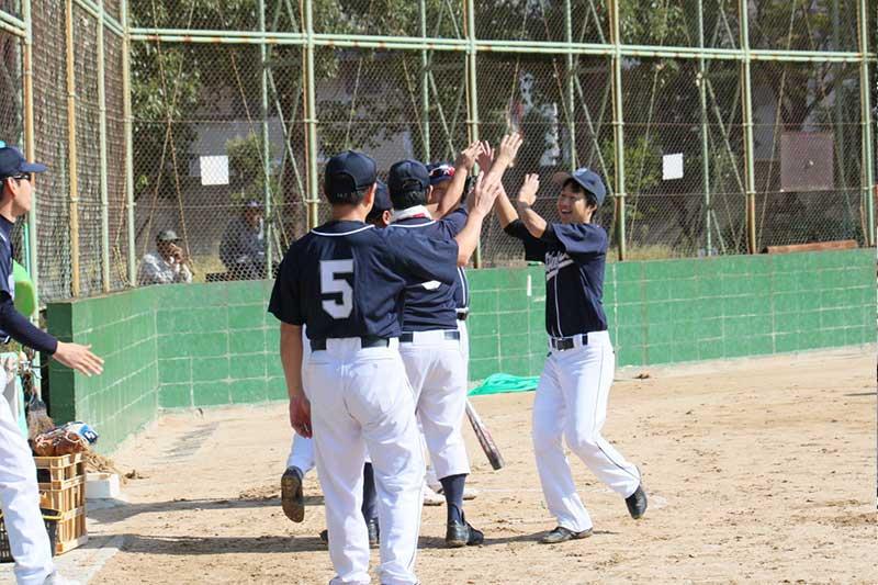 草野球チームの勝利時のハイタッチ
