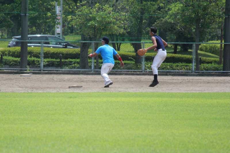 盗塁の練習をする草野球選手