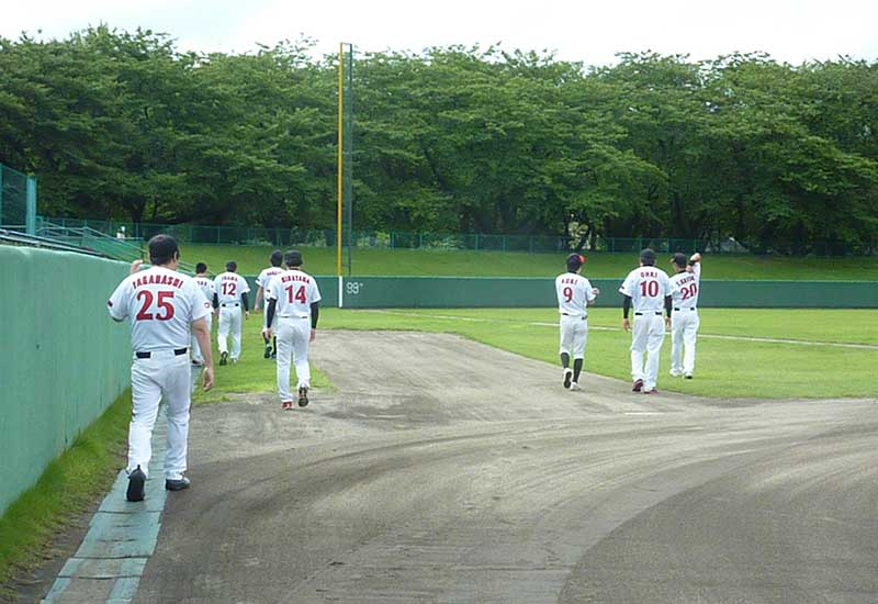 試合前のアップをする草野球チームのメンバー