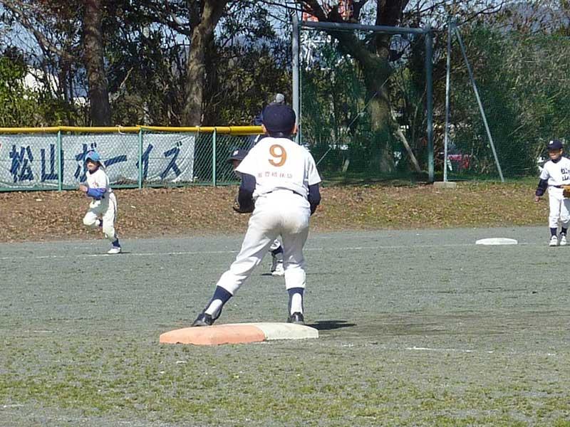 ファーストを守る少年野球の選手