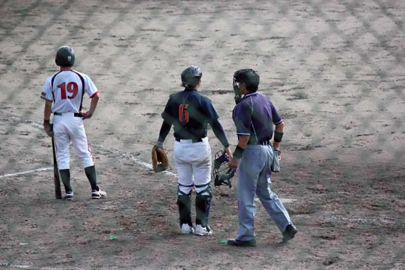 草野球の試合中の一コマ