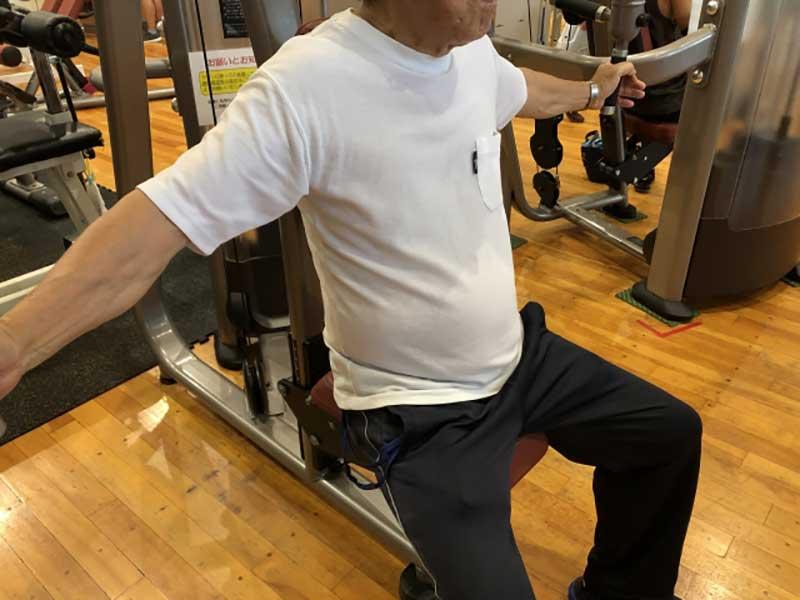 スポーツジムでトレーニングを行う年配の男性